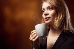 Чай или кофе красивой девушки выпивая Стоковое фото RF