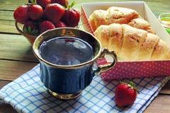 Чай и круасант Стоковая Фотография RF