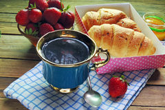 Чай и круасант Стоковое Фото
