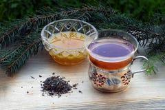 Чай и мед в ностальгических стеклах и некотором свободном чае, n старая Стоковое Изображение RF