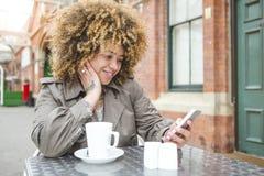 Чай и отправка СМС стоковое фото