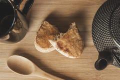 Чай и печенья на таблице стоковое фото rf