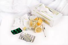 Чай и пилюльки на таблице Стоковое фото RF