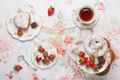 Чай и помадки Стоковые Фотографии RF