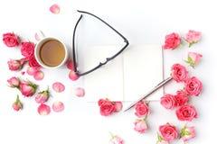 Чай и примечания утра Контроль времени, творческое взгляд сверху предпосылки Плоское положение Стоковые Фото