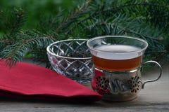Чай и свободный чай в винтажных стеклах, красная салфетка на деревянной доске, ели tr Стоковое Фото
