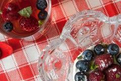 Чай и торт ягоды с свежими ягодами Стоковые Фото