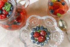 Чай и торт ягоды с свежими ягодами Стоковые Изображения RF