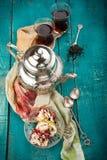 Чай и турецкое наслаждение на деревянной предпосылке Стоковое Изображение RF