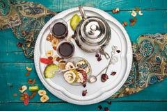 Чай и турецкое наслаждение на деревянной предпосылке Стоковые Фотографии RF