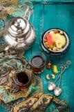 Чай и турецкое наслаждение на деревянной предпосылке Стоковое фото RF