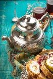 Чай и турецкое наслаждение на деревянной предпосылке Стоковые Изображения RF