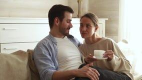 Чай кофе счастливый обнимать пар говоря выпивая сидя на софе видеоматериал