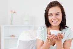 Чай красивейшей dark-haired женщины выпивая стоковая фотография rf