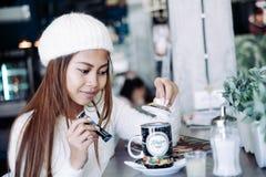 Чай красивой девушки выпивая в кафе Стоковая Фотография RF