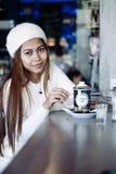 Чай красивой девушки выпивая в кафе Стоковое Фото