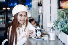Чай красивой девушки выпивая в кафе Стоковые Фото