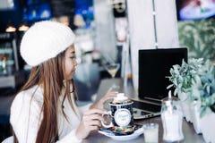Чай красивой девушки выпивая в кафе Стоковая Фотография