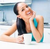 Чай красивой девушки выпивая в кухне Стоковое фото RF