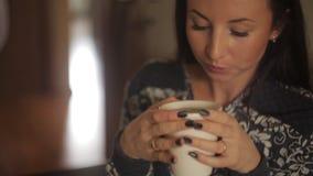 Чай красивой девушки выпивая в ресторане Конец-вверх сток-видео