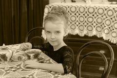 Чай красивой маленькой девочки выпивая на таблице Стоковая Фотография