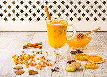 Чай крушины моря с медом стоковое изображение