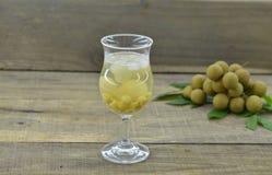 Чай лотоса, longan с льдом очень вкусным в стекле на деревянном столе стоковое изображение rf