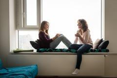 Чай матери и дочери выпивая дома Стоковая Фотография