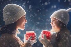 Чай матери и девушки выпивая Стоковое Изображение