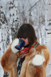 Чай маленькой девочки выпивая в древесинах Стоковые Фото