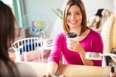 Чай милой молодой женщины выпивая на салоне ногтя Стоковые Изображения