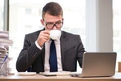 Чай молодого бизнесмена выпивая в офисе Стоковое фото RF