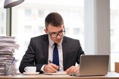 Чай молодого бизнесмена выпивая в офисе Стоковые Фотографии RF