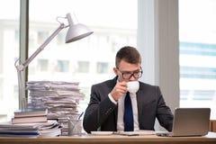 Чай молодого бизнесмена выпивая в офисе Стоковое Изображение