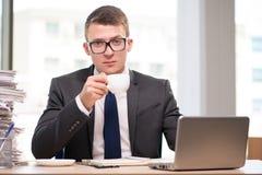 Чай молодого бизнесмена выпивая в офисе Стоковая Фотография RF