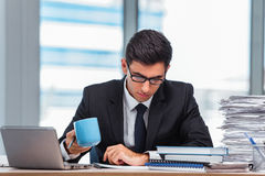 Чай молодого бизнесмена выпивая в офисе Стоковое Фото