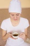 Чай молодой женщины выпивая после йоги Стоковая Фотография
