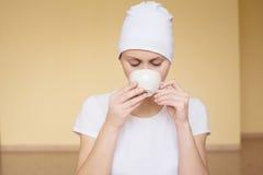 Чай молодой женщины выпивая после йоги Стоковое Изображение