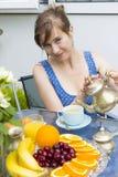 Чай молодой женщины выпивая outdoors стоковые изображения rf