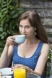 Чай молодой женщины выпивая outdoors Стоковая Фотография