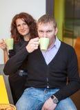 Чай молодых пар выпивая во время пролома Стоковое фото RF