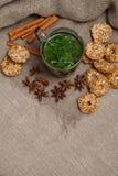 чай мяты с печеньями Стоковая Фотография