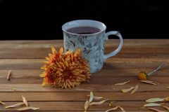 Чай на завтрак с цветками стоковая фотография