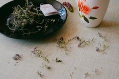 Чай на кухонном столе Стоковые Фото
