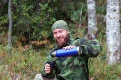 Чай около русских лесов, после успешной рыбной ловли Стоковые Изображения