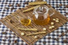 Чай лопуха травяной стоковое фото