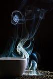 чай отсутствующего голубого дыма странный принимая Стоковые Изображения RF