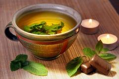 Чай от листьев свежей мяты в керамической чашке Стоковые Фотографии RF