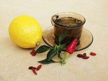 Чай, перцы, выходы лимона естественные против пилюлек Стоковые Фотографии RF