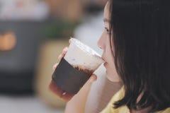 Чай питьевого молока стоковые изображения